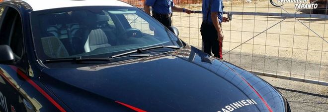Giovane si costituisce ai carabinieri: «Ho incendiato io l'auto del sindaco»