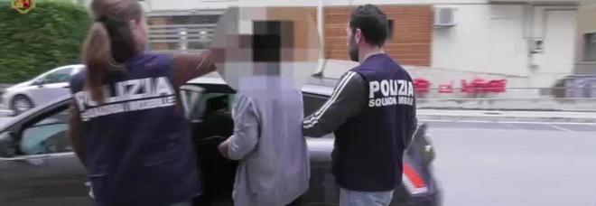 Fa prostituire la figlia 13enne per soldi o sigarette: fermati madre e 4 clienti