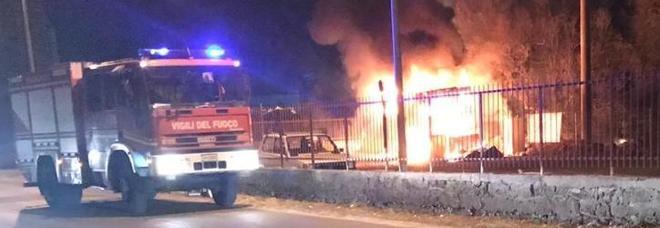 Incendiato un camioncino per la vendita di panini: accertato il dolo