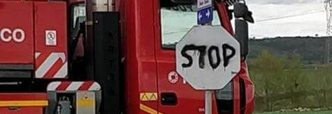 """Tre morti (anche un bimbo) all'incrocio con lo """"Stop"""" ritoccato a mano: chiesto il processo"""