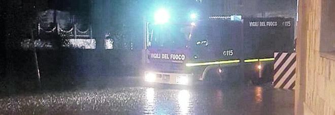 Bloccato in auto dalla pioggia, salvato dai vigili del fuoco