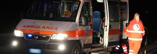 Scooter contro auto all'incrocio: muore un 17enne, ferita la fidanzata