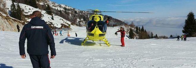 Perde gli sci, bambina di 8 anni vola dalla seggiovia per 6 metri: è grave