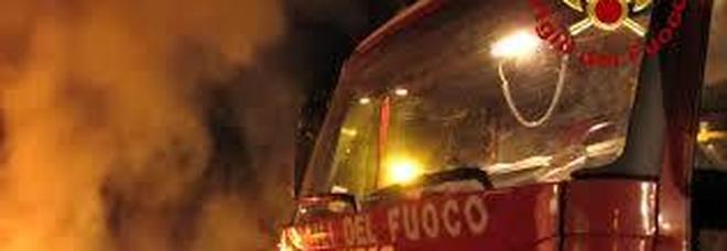 Esplosioni e fiamme: paura nella baraccopoli vicina al Cara