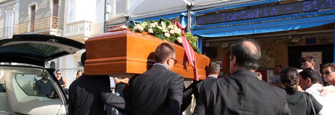 """«Addio a Luca», commozione ai funerali del """"re"""" del cornetto"""