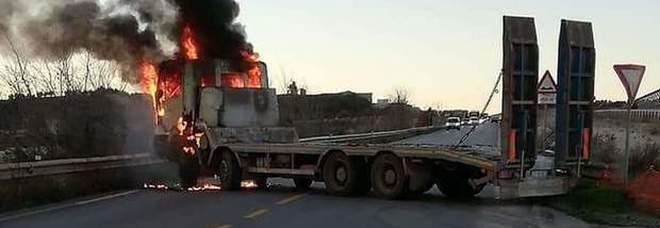 Inferno sulla statale dopo la rapina al portavalori Chiusa la 96 in direzione Bari