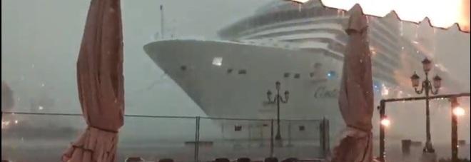 Venezia, nave da crociera rischia lo schianto contro la banchina durante una burrasca