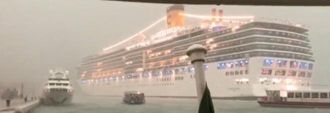 Nave da crociera rischia schianto a Venezia, «ce la siamo vista addosso»