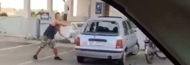 Giallo a Specchia, spunta il video del ragazzo che sfascia un'auto