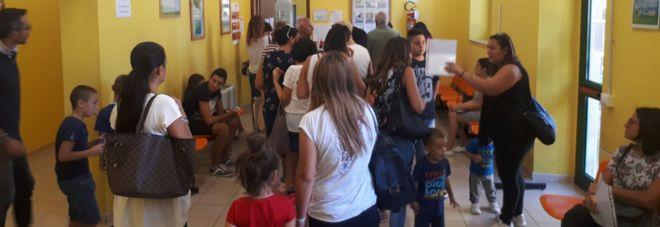 Vaccini, centri nel caos, famiglie in coda per ore 200 pazienti al giorno