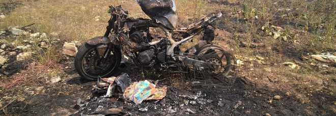 Terrore in gioielleria: rapina all'apertura nel centro commerciale La moto ritrovata bruciata in campagna