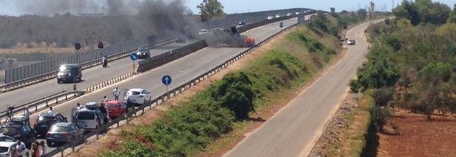 Paura sulla statale: auto in fiamme blocca la carreggiata