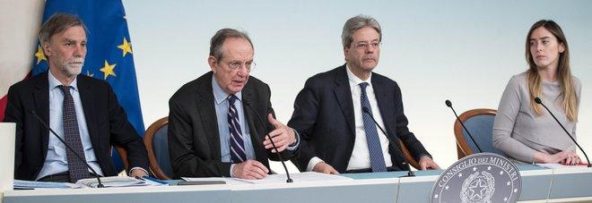 Sì a Def e manovra, crescita all'1,1% Gentiloni: niente aumenti di tasse Contratto statali, altri 2,8 miliardi