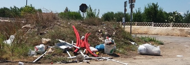 Abbandona in strada il sacco della spazzatura, l'assessore glielo riporta a casa. Con la multa