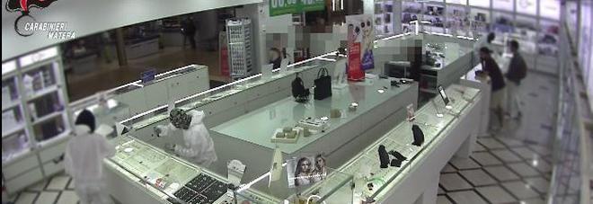 Rapina in gioielleria con kalashnikov: arrestato 25enne brindisino