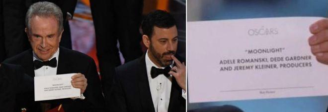 Oscar, clamoroso scambio di buste: «Vince La La Land». Ma è un errore Miglior film è Moonlight