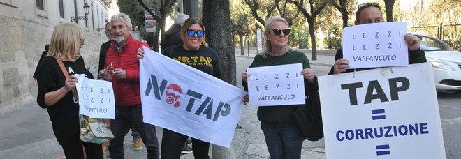 """No Tap, accoglienza a suon di """"vaffa"""" per la ministra Lezzi"""