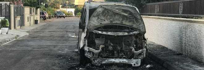 Roghi in tutto il Salento, due auto sullo Jonio in fiamme e a Castiglione galline uccise dal fumo