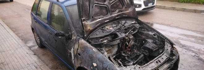 Si ferma, scende e l'auto prende fuoco: salvo per miracolo