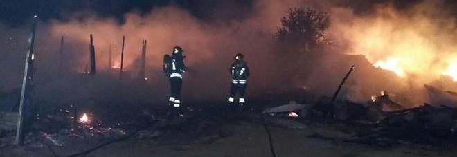 Bari, incendio al campo rom: distrutte quattro baracche