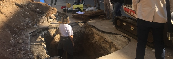 Si scava in via Dante, riaffiora una tomba