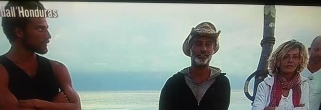Isola, malore per un naufrago tra i complotti: ecco cosa è successo