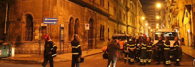 Crolla un palazzo storico: strada chiusa e traffico impazzito. Nessun ferito