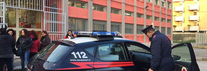 I carabinieri davanti alla scuola (foto Max Frigione)