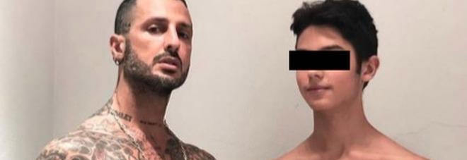 Fabrizio Corona e la foto a tordo nudo con Carlos Maria: «Di padre, in figlio». Ma il commento di Nina Moric spiazza tutti