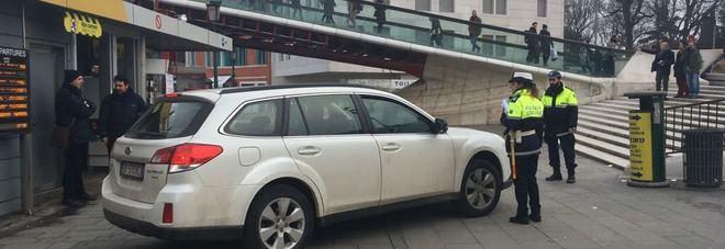 Venezia, segue il navigatore e finisce con l'auto sotto il ponte di Calatrava Video