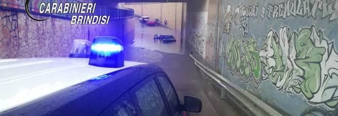 Sottopassaggio invaso dall'acqua: coppia di anziani salvata dai carabinieri