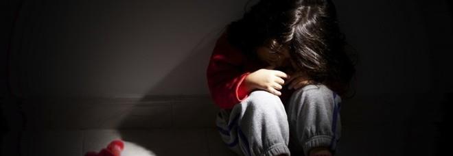 Abusi su bimba di dieci anni, arrestato il domestico