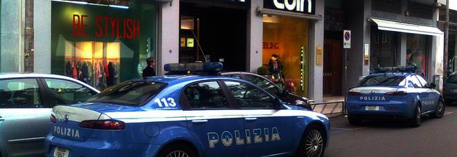 Vestiti nuovi, senza spendere un euro: arrestati tre ladri in piazza Mazzini