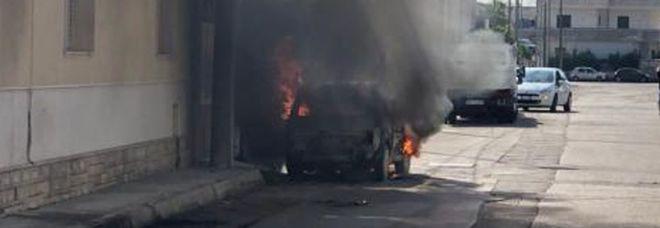 L'auto prende fuoco mentre guida: uomo salvato da un agente