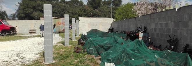 Tra i campi un deposito abusivo di auto e rottami: scattano sequestro e denuncia