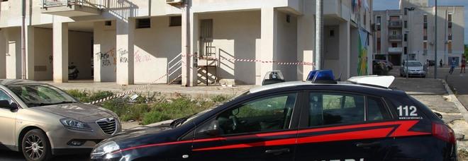 I carabinieri davanti alla palazzina dove si è consumato il dramma