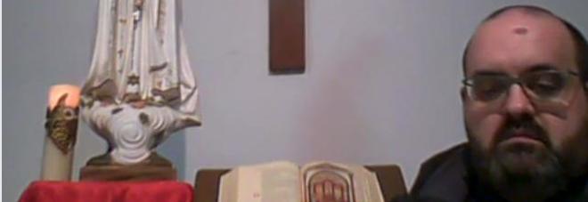 Il Rosario su Facebook, insulti al parroco