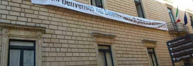 """Dal balcone della Provincia, lo striscione del presidente Minerva: """"Salvini, benvenuto in questa terra di accoglienza"""""""