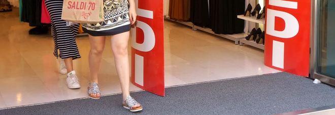 Prezzi scontati e corsa all'affare: partono i saldi, via allo shopping