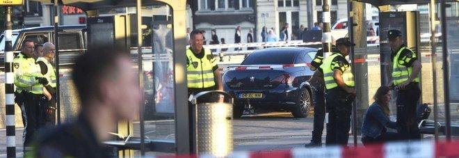 Paura ad Amsterdam, auto travolge pedoni davanti alla stazione: 8 feriti, 2 in gravi condizioni Video