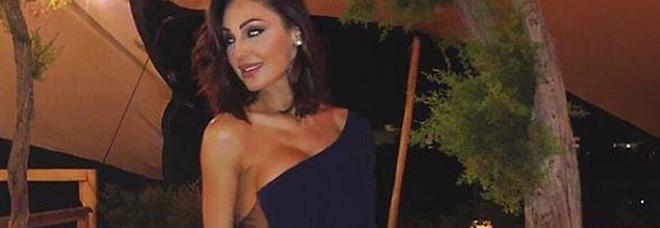 Anna Tatangelo, il look è hot: fisico statuario e abito senza slip