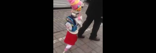 Sembra una bambina, ma...