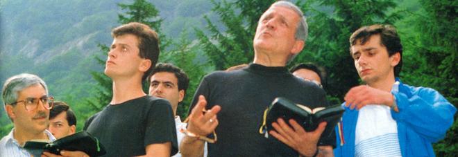 Al centro, don Tonino Bello. Primo a sinistra, Renato Brucoli