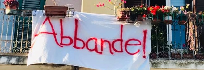 """Un """"Abbande"""" dai balconi: tutti gli striscioni per Salvini"""