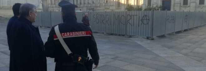 """""""Sorpresi con lo spray"""": sospetti su due anarchici per le scritte contro i poliziotti"""