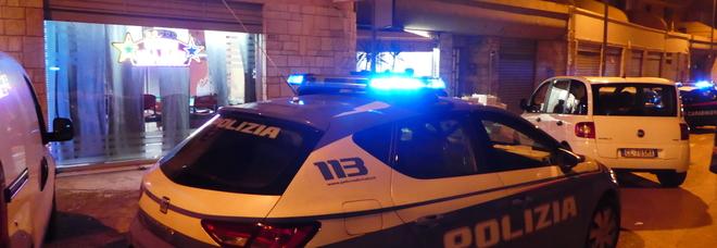 La polizia davanti al luogo della sparatoria (foto Max Frigione)