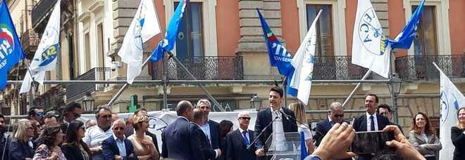 """Dal palco la risposta alla piazza, Caroppo: «Balordi ci attaccano». E la """"Turandot"""" copre i fischi"""
