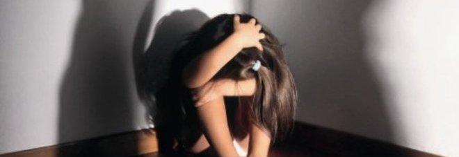 Trovato a letto con la figlia di 11 anni della compagna: la mamma sapeva tutto