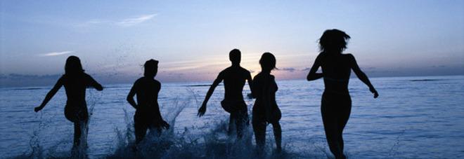 Fanno il bagno di mezzanotte ma restano nude: rubati tutti i vestiti in spiaggia