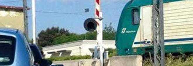 Passaggio a livello aperto mentre transita il convoglio: la prontezza del macchinista evita la tragedia